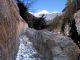 Il canale romano scavato nella roccia con sullo sfondo il Mont Fallère