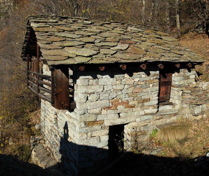 Escursione al villaggio di sarron di lillianes for Case di pietra davanti